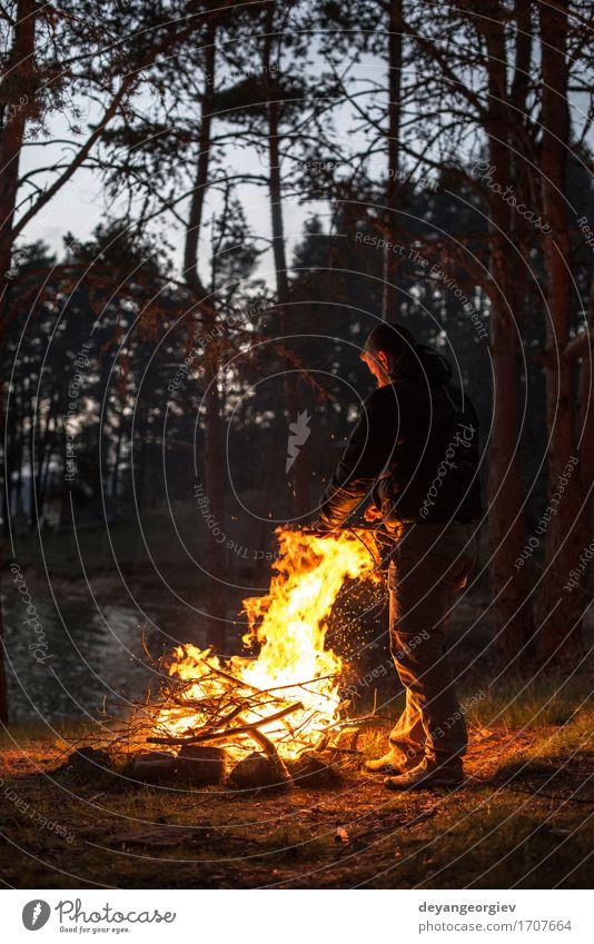 Mann zündet ein Feuer im Kamin an Mensch Natur Ferien & Urlaub & Reisen Sommer Baum Wald Berge u. Gebirge Erwachsene Wärme natürlich hell Tourismus wild