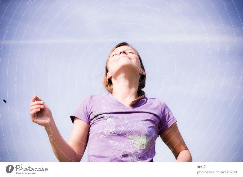 genießen Außenaufnahme Froschperspektive Oberkörper geschlossene Augen Stil Freude Glück schön Wellness harmonisch Wohlgefühl Zufriedenheit Erholung