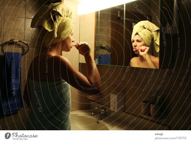 """""""langsam bin ich wach"""" Farbfoto Innenaufnahme Morgen Kunstlicht Reflexion & Spiegelung Oberkörper Vorderansicht Rückansicht Halbprofil Blick schön Körperpflege"""