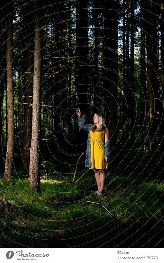 alone in the dark Farbfoto Außenaufnahme Blitzlichtaufnahme Kontrast feminin Junge Frau Jugendliche 18-30 Jahre Erwachsene Natur Wald Mode Kleid blond stehen
