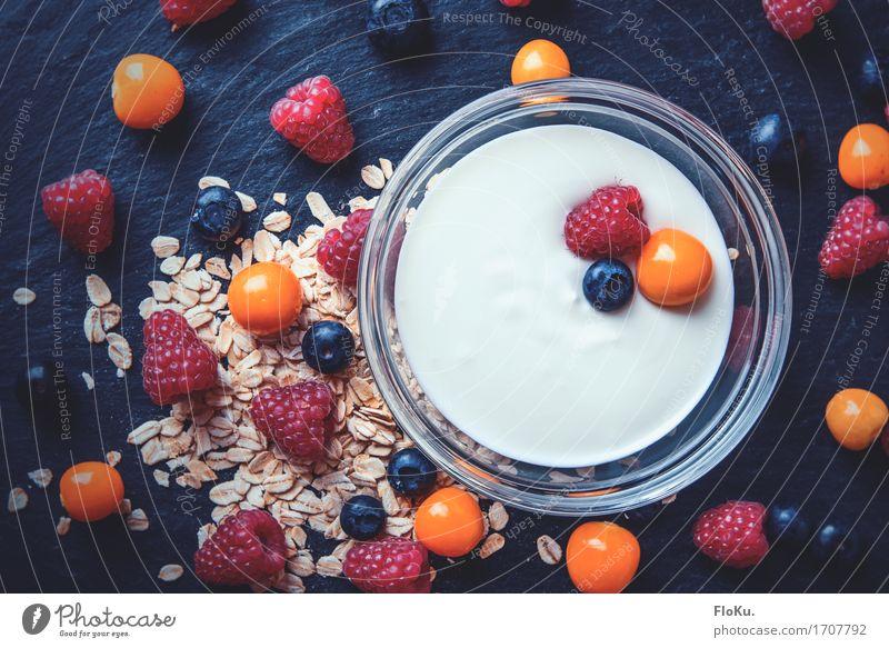 Frühstück mit Beeren von oben Lebensmittel Joghurt Milcherzeugnisse Frucht Getreide Ernährung Bioprodukte Vegetarische Ernährung Diät Schalen & Schüsseln