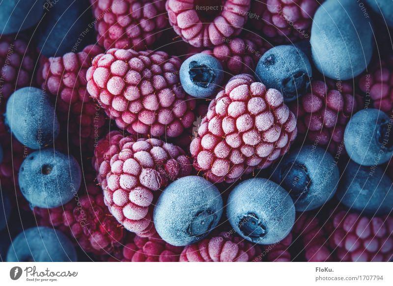 Eiskalte Beeren Lebensmittel Frucht Ernährung Bioprodukte Vegetarische Ernährung Diät Frost frisch Gesundheit lecker blau rot gefroren tiefgekühlt Himbeeren