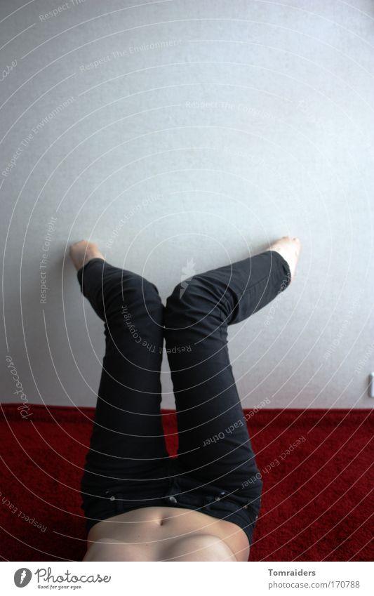 leichtfüßig Mensch Jugendliche weiß rot Erwachsene schwarz feminin Wand Bewegung Mauer Beine Fuß Körper elegant Haut liegen