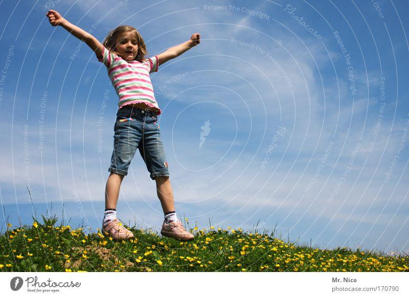 __X____ Kind Natur grün Mädchen Sommer Freude Wiese Freiheit Glück Zufriedenheit Arme wandern Fröhlichkeit Mensch Körperhaltung Hügel