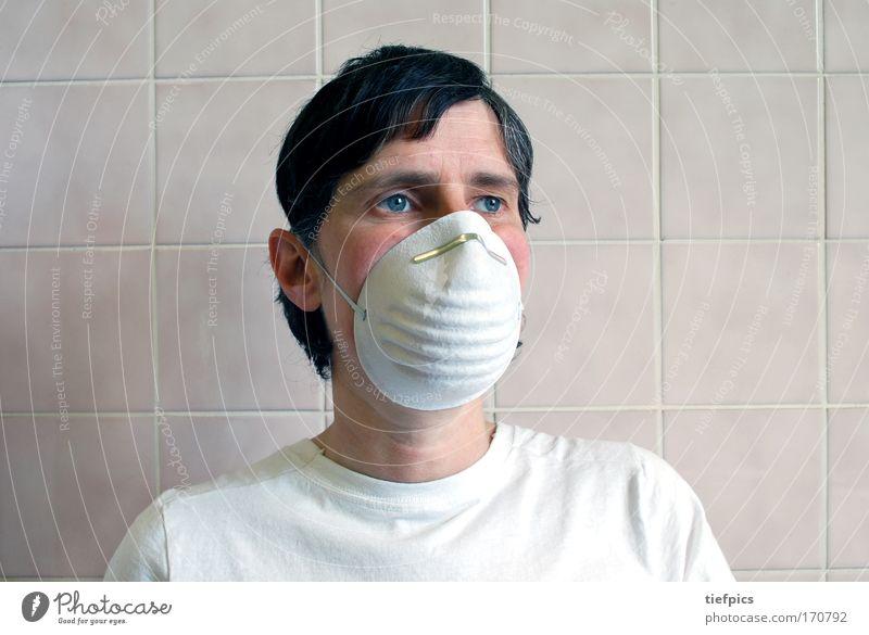 person mit schutzmaske Mensch Erwachsene kalt Wand Mauer Traurigkeit Denken träumen Angst gefährlich bedrohlich T-Shirt Sauberkeit Maske Arzt Krankheit