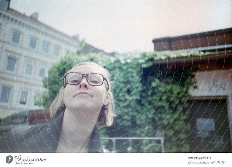 jeden samstag gehe ich zum flohmarkt. Jugendliche schön Stadt Sommer Gesicht feminin Leben Kopf Erwachsene Stil Frühling blond Coolness einzigartig Brille