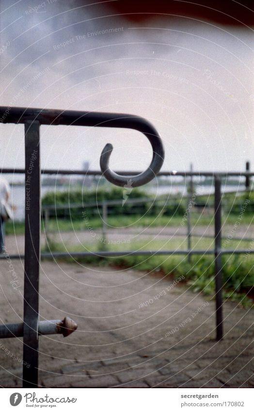 [HH.09.3/4]fokussierung auf das wichtige. grün kalt Gras Wege & Pfade Park Landschaft Küste Perspektive Fluss rund bedrohlich Spitze festhalten Tor Stahl historisch