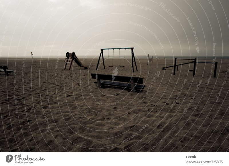 speeltuin alt Meer Strand dunkel Spielen Sand leer trist Bank Spielzeug Kindergarten Schaukel Spielplatz Kindererziehung Rutsche desolat