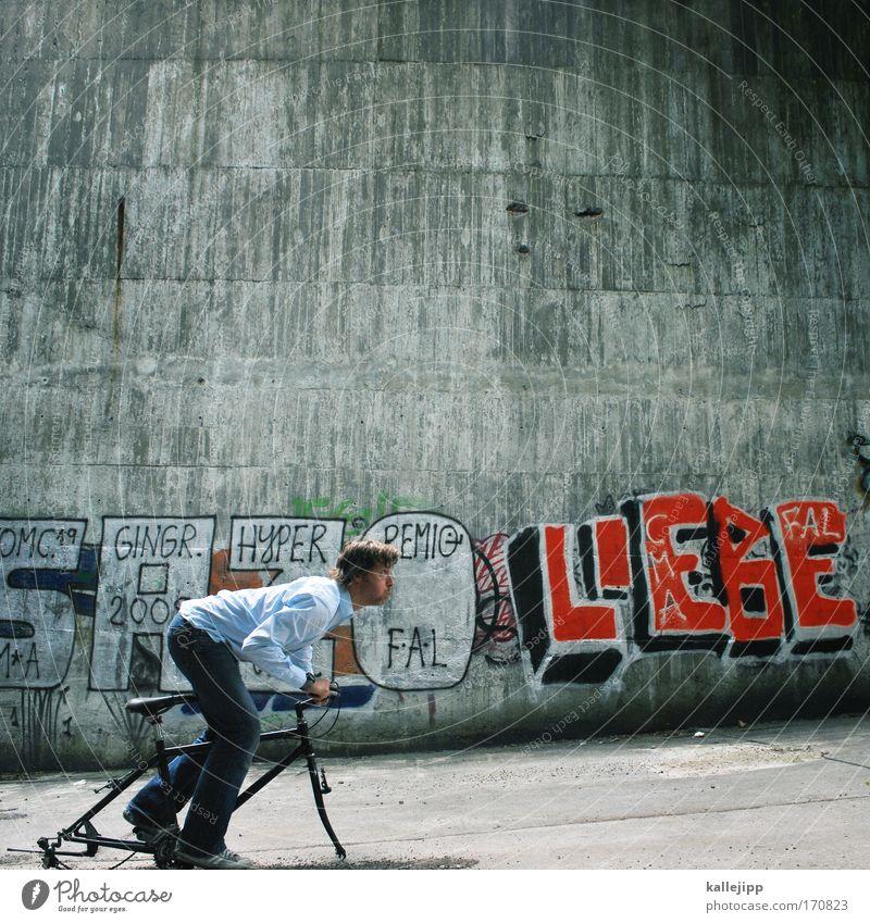 i love my bike Farbfoto Gedeckte Farben Außenaufnahme Textfreiraum oben Tag Schatten Kontrast Totale Ganzkörperaufnahme Wegsehen Lifestyle Freizeit & Hobby