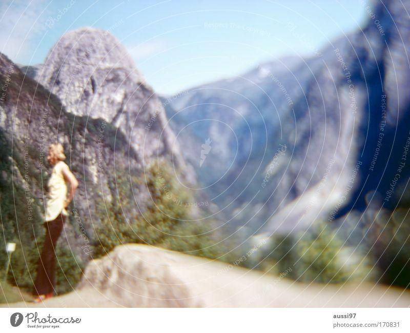 Point of return Schwarzweißfoto Außenaufnahme Unschärfe Totale Wegsehen Frau Erwachsene 1 Mensch Landschaft Felsen Alpen Berge u. Gebirge Langeweile Aussicht