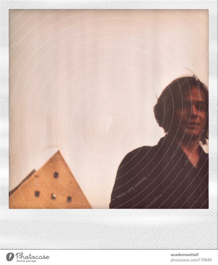 Dach unterm Kopf Farbfoto Gedeckte Farben mehrfarbig Außenaufnahme Polaroid Tag Schatten Froschperspektive Blick in die Kamera Blick nach vorn Mensch maskulin
