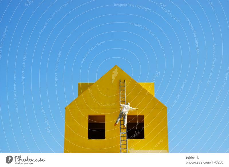 Hoch hinaus Haus gelb Fenster Holz hell Tür Fassade Fröhlichkeit modern ästhetisch Dach