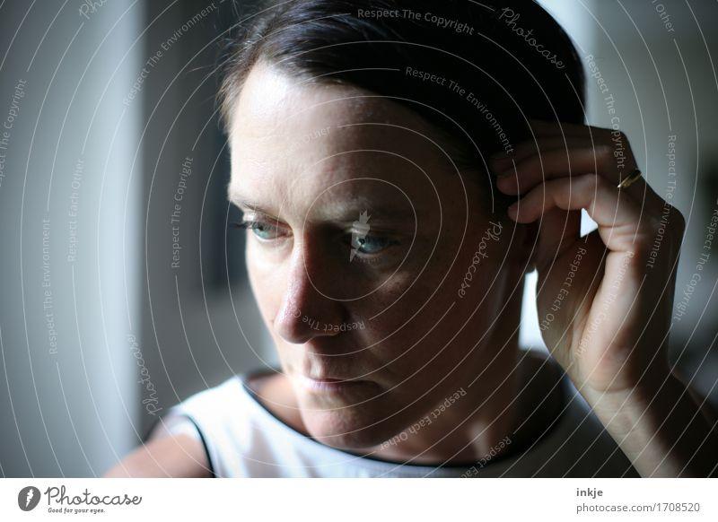 * Lifestyle Stil Frau Erwachsene Leben Gesicht Hand 1 Mensch 30-45 Jahre Ring Ehering Denken Blick träumen Traurigkeit schön Gefühle Stimmung Trauer