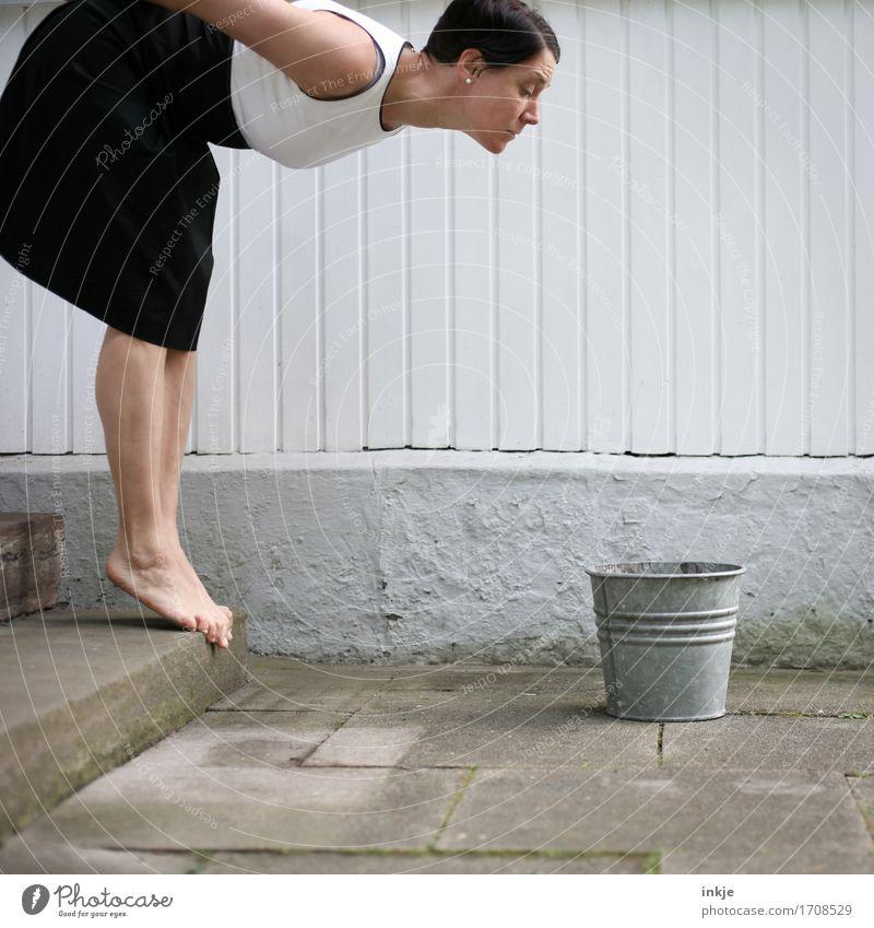 einen Blick riskieren Lifestyle Stil Freude Frau Erwachsene Leben Körper 1 Mensch 30-45 Jahre Mauer Wand Treppe Fassade Terrasse Kleid Eimer Metall stehen