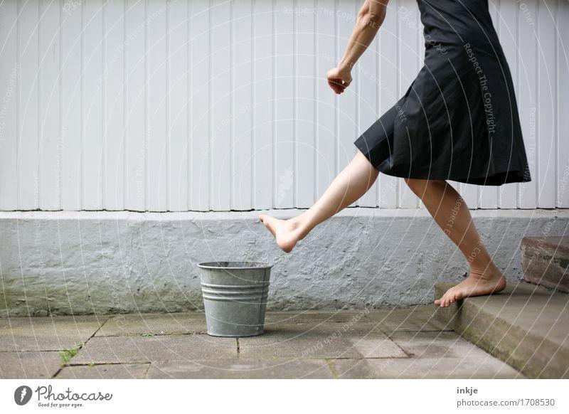 In die Tonne treten Lifestyle Freizeit & Hobby Frau Erwachsene Leben Körper Arme Beine Frauenbein 1 Mensch Mauer Wand Treppe Terrasse Kleid Eimer Zinkung Wut