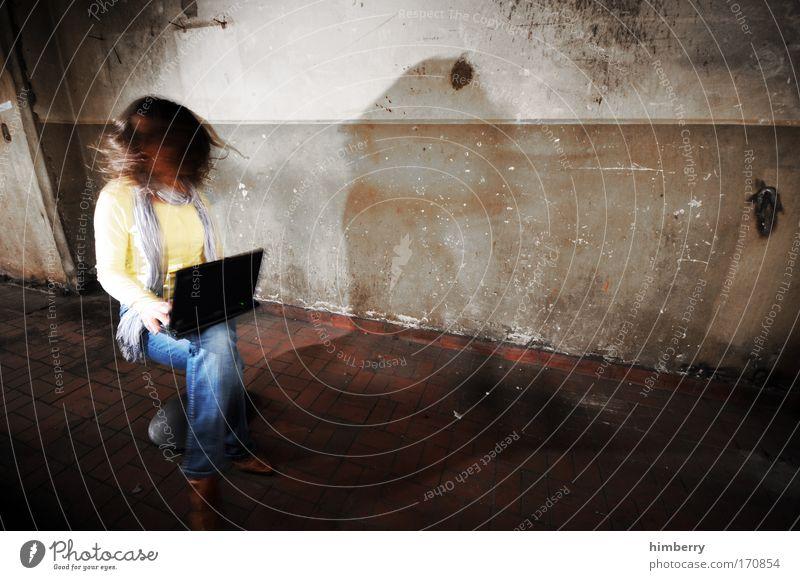 underground surfer Mensch Frau Computer Jugendliche Erwachsene feminin sprechen Gefühle Junge Frau Stimmung 18-30 Jahre Lifestyle Kommunizieren Telekommunikation Internet Technik & Technologie