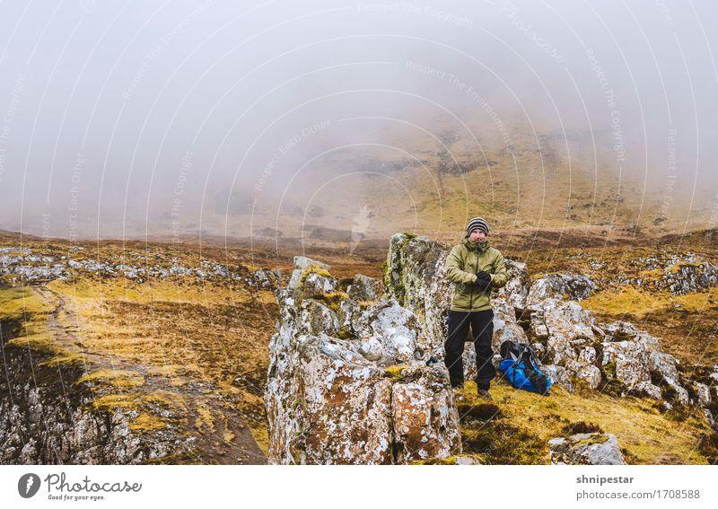 Walking at the Quiraing Mensch Natur Ferien & Urlaub & Reisen Mann Landschaft Wolken Berge u. Gebirge Erwachsene Umwelt Felsen Freundschaft Tourismus maskulin