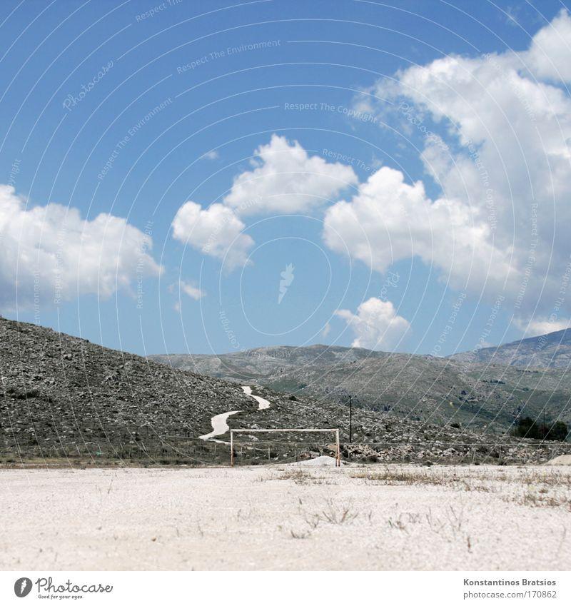 40° im Schatten #02 Farbfoto Außenaufnahme Menschenleer Tag Sonnenlicht Freizeit & Hobby Ballsport Torwart Fußballplatz Sand Himmel Wolken Sommer Schönes Wetter