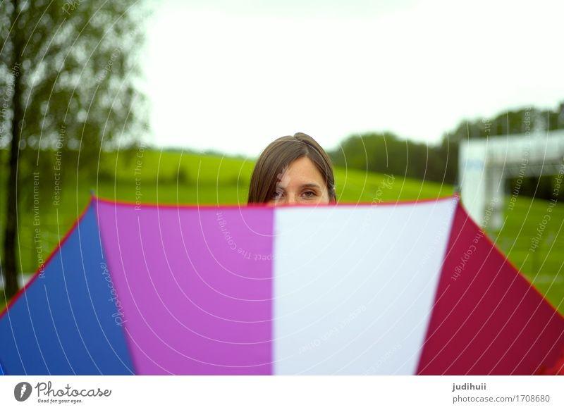 Regenbogenschirm Freude feminin Junge Frau Jugendliche 1 Mensch 18-30 Jahre Erwachsene Natur Frühling Herbst schlechtes Wetter Regenschirm beobachten lachen