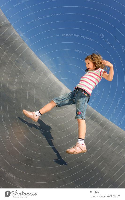 flying emi Außenaufnahme Mädchen fliegen rennen Spielen springen Freude Glück Fröhlichkeit Zufriedenheit Lebensfreude Frühlingsgefühle Shorts Metall Spagat