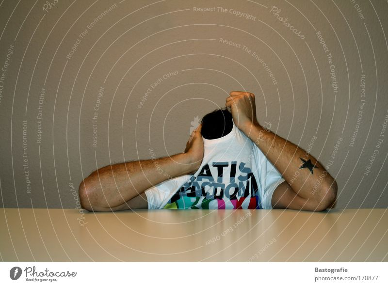 mein versteck Mensch Denken maskulin Tisch Bildung geheimnisvoll Schreibtisch Tattoo Langeweile Verzweiflung anonym Arbeitsplatz Versteck Tischplatte Tischkante