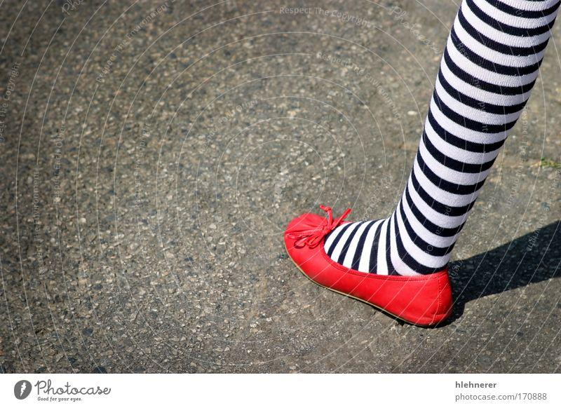 Mensch Jugendliche Mädchen weiß blau rot Freude Freiheit Fuß Schuhe Beine Mode elegant USA Amerika niedlich