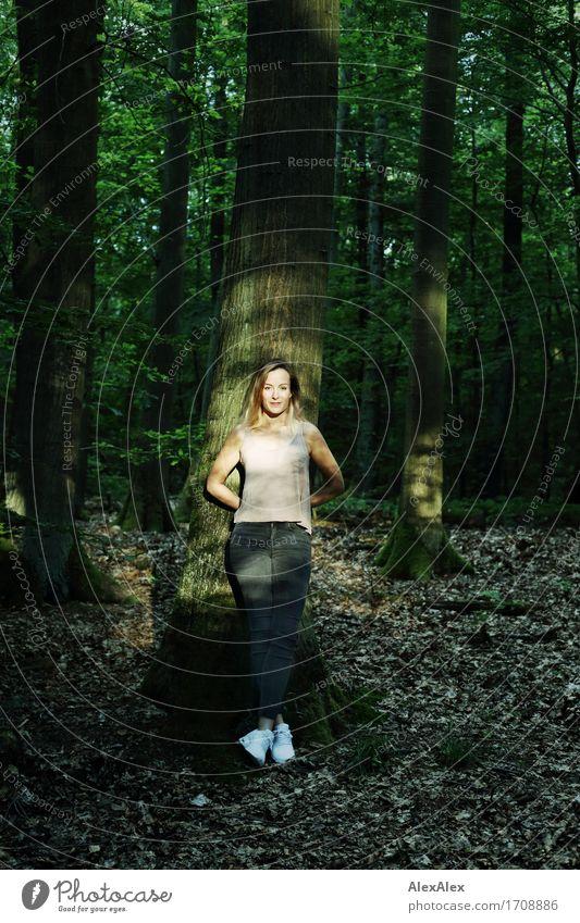 Waldspaziergangspause schön Erholung Ausflug Sommerurlaub Junge Frau Jugendliche 18-30 Jahre Erwachsene Natur Pflanze Schönes Wetter Baum T-Shirt Jeanshose