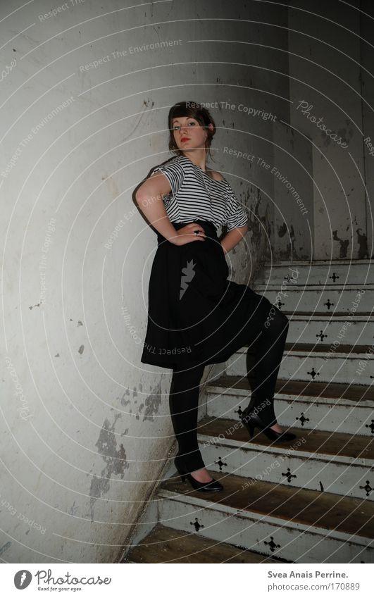 ich muss gar nix! elegant Stil Design Lippenstift feminin Junge Frau Jugendliche Leben 1 Mensch Rockabilly Mauer Wand Treppe Mode Hemd Strumpfhose Accessoire