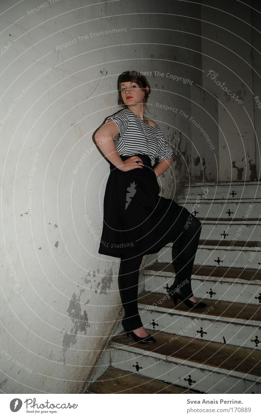 ich muss gar nix! Mensch Jugendliche rot Leben kalt feminin Wand Holz Mauer Stil Mode dreckig elegant Design Treppe Junge Frau