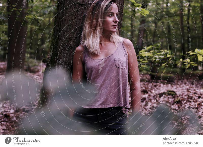 auf der Lauer Natur Jugendliche schön Junge Frau Baum Blatt Wald 18-30 Jahre Erwachsene natürlich außergewöhnlich blond ästhetisch Ausflug Sträucher warten
