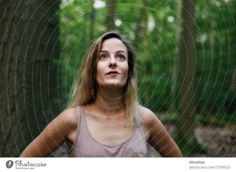 hochwärts Ausflug Abenteuer wandern Junge Frau Jugendliche Gesicht 18-30 Jahre Erwachsene Natur Schönes Wetter Baum Wald Hemd blond langhaarig beobachten Blick