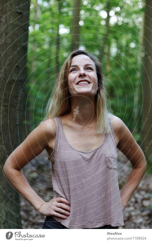 himmlisch Freude Ausflug wandern Junge Frau Jugendliche 18-30 Jahre Erwachsene Natur Pflanze Schönes Wetter Baum Wald Top blond langhaarig Lächeln Blick