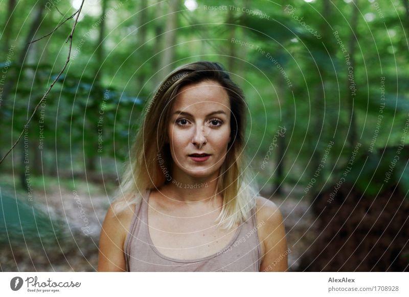 Junge Frau mit langen Haaren steht im Wald und schaut direkt in die Kamera exotisch wandern Jugendliche Gesicht 18-30 Jahre Erwachsene Natur Schönes Wetter Baum