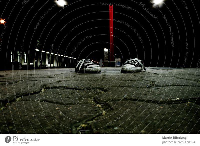 legless Fuß Stadt Menschenleer Bahnhof Bahnsteig Schuhe Stein Beton stehen warten dunkel einzigartig rot schwarz weiß Stimmung Gelassenheit Angst bizarr
