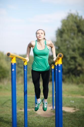 Frauenturner, der auf Barren trainiert Mensch Jugendliche Junge Frau 18-30 Jahre Erwachsene Sport blond Fitness stark langhaarig Sport-Training vertikal