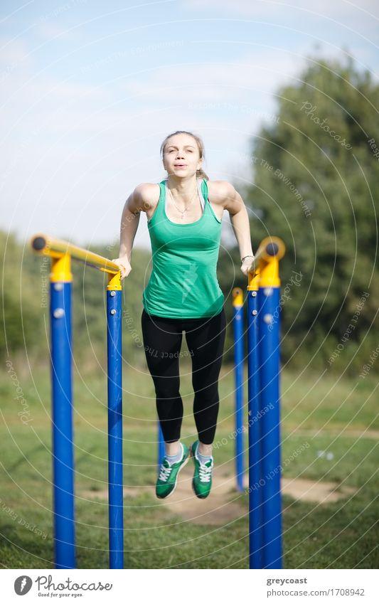 Mensch Frau Jugendliche Junge Frau 18-30 Jahre Erwachsene Sport blond Fitness stark langhaarig Sport-Training vertikal Muskulatur üben Wintersport