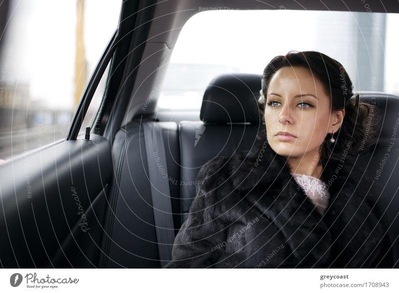 Braut in einem Auto. Glück Ferien & Urlaub & Reisen Hochzeit Mensch Mädchen Junge Frau Jugendliche Erwachsene 1 18-30 Jahre PKW Taxi Pelzmantel brünett Lächeln