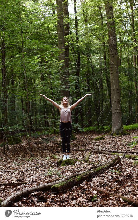 wahre groesse Leben Meditation Ausflug wandern Junge Frau Jugendliche 18-30 Jahre Erwachsene Natur Schönes Wetter Baum Blatt Wald T-Shirt Jeanshose Turnschuh