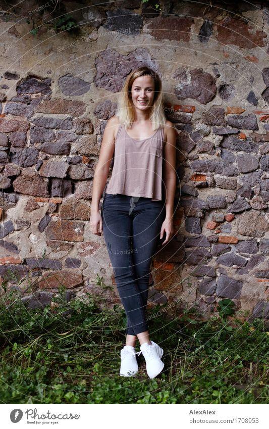 extra muros Jugendliche Stadt schön Junge Frau Landschaft 18-30 Jahre Erwachsene Wand Gras Mauer lachen Glück Stein Park modern blond