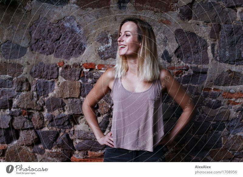 alles echt Jugendliche Stadt schön Junge Frau Landschaft 18-30 Jahre Erwachsene Wand feminin Stil Mauer Glück Stein Stimmung Park frisch