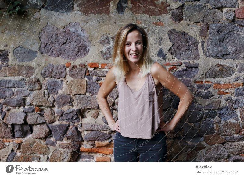 belustigt Freude Wohlgefühl Junge Frau Jugendliche 18-30 Jahre Erwachsene Landschaft Efeu Park Mauer Wand T-Shirt blond langhaarig Stein Lächeln lachen