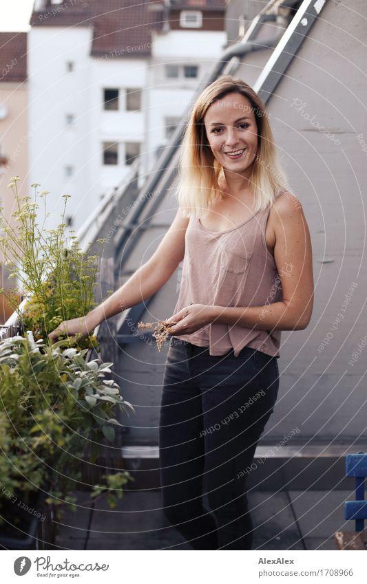 Wachstum in Balkonien III Leben Häusliches Leben Hinterhof Balkonpflanze Kräutergarten Junge Frau Jugendliche 18-30 Jahre Erwachsene Landschaft Pflanze Hochhaus