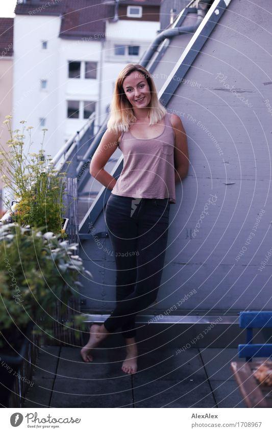 Wachstum in Balkonien II Jugendliche Stadt schön Junge Frau Landschaft 18-30 Jahre Erwachsene Glück Häusliches Leben Zufriedenheit blond ästhetisch authentisch
