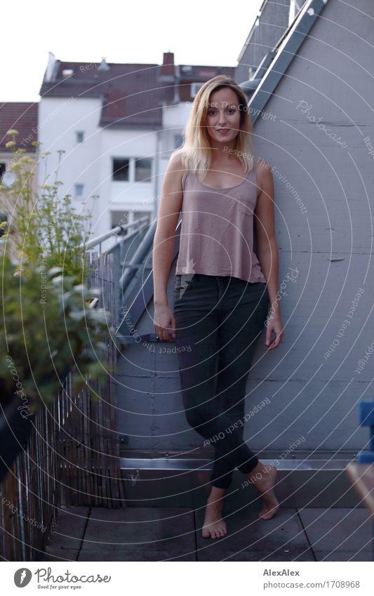 Wachstum in Balkonien IV schön Zufriedenheit Junge Frau Jugendliche 18-30 Jahre Erwachsene Landschaft Balkonpflanze Kräutergarten T-Shirt Jeanshose Barfuß blond