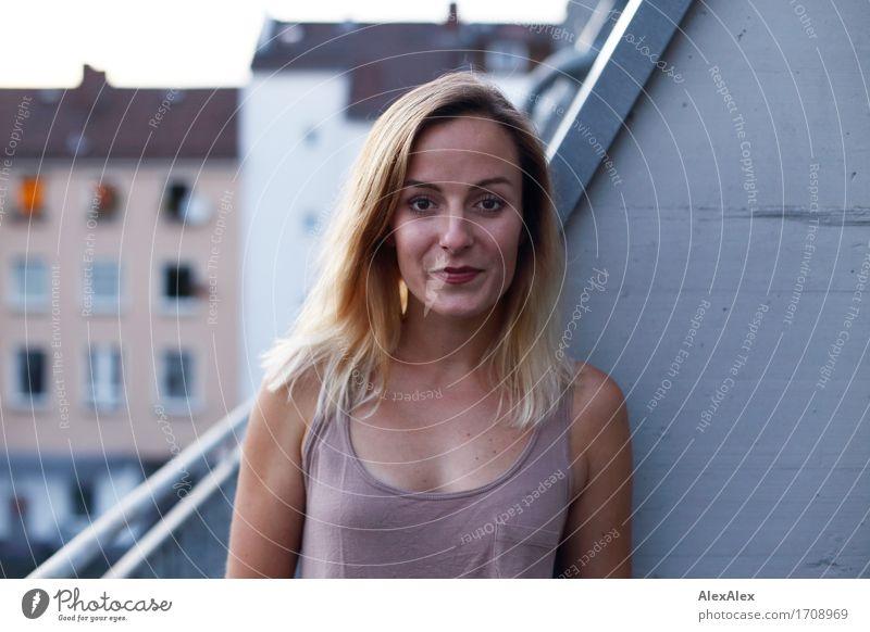 In Balkonien Zufriedenheit Junge Frau Jugendliche 18-30 Jahre Erwachsene Umwelt Schönes Wetter Stadt Hinterhof Wohnhaus Mauer Wand Top blond langhaarig Lächeln