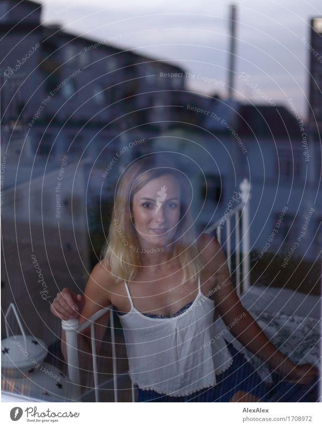 Re: Flex- Ion Himmel Jugendliche Stadt schön Junge Frau Landschaft 18-30 Jahre Erwachsene feminin Glück Häusliches Leben Zufriedenheit blond Glas ästhetisch