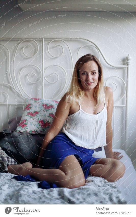 Ansage schön Wohlgefühl Zufriedenheit Häusliches Leben Bett Schlafzimmer Junge Frau Jugendliche Beine 18-30 Jahre Erwachsene Kleid Barfuß blond langhaarig