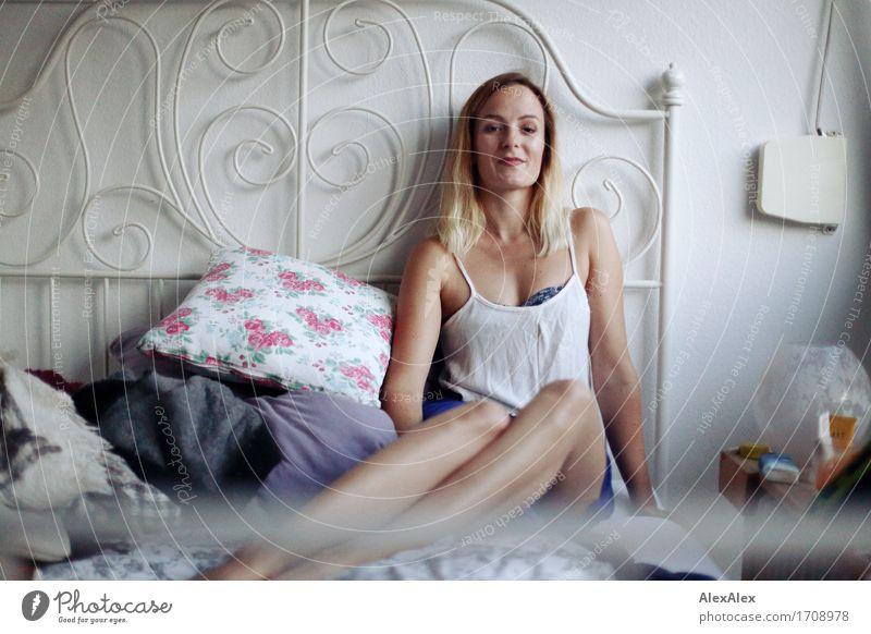 1000 | Rosa hat was blaues an Reichtum Stil Wohlgefühl Wohnung Bett Schlafzimmer Junge Frau Jugendliche Gesicht Beine 18-30 Jahre Erwachsene Kissen Blumenmuster