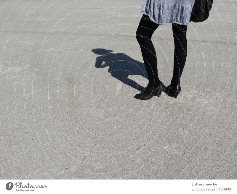 Tese boots aren´t made for walking Frau schwarz grau Schuhe stehen dünn Strümpfe Minirock