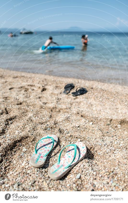 Hausschuhe im Sand am Strand Erholung Freizeit & Hobby Ferien & Urlaub & Reisen Tourismus Sommer Meer Frau Erwachsene Natur Himmel Küste Schuhe blau Flip Wasser